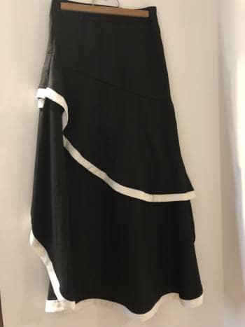07817ac5b Falda negra de bordes blancos con pliegues - GoTrendier - 259143