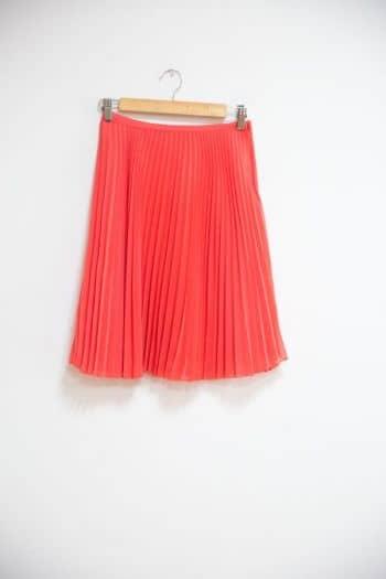 Falda a la cintura con pliegues